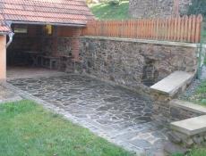 Kamenná zeď a altán s krbem